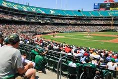 Вентиляторы наблюдают игру высшей лиги бейсбола Стоковые Фото