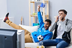 Вентиляторы спички футбола наблюдая Стоковое фото RF