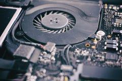 Вентилятор компьтер-книжки с пылью в ей и доске системы Стоковое Фото