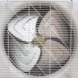 Вентилятор под белой пластичной решеткой стоковое изображение