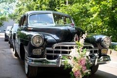 венчание автомобиля ретро Сочная автоколонна зеленых цветов на заднем плане Стоковые Изображения RF