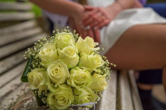 венчание Букет ` s невесты с обручальными кольцами руки groom невесты букета bridal Стоковые Фотографии RF
