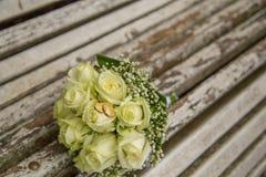 венчание Букет ` s невесты с обручальными кольцами руки groom невесты букета bridal Стоковое Изображение