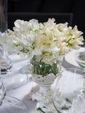 венчание вазы таблицы lupin украшения букет белых цветков сладостного p Стоковая Фотография