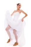 венчание Женщина идущей невесты смешная в ботинках спорта Стоковая Фотография RF