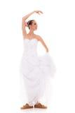 венчание Женщина идущей невесты смешная в ботинках спорта Стоковая Фотография