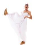 венчание Женщина идущей невесты смешная в ботинках спорта Стоковое фото RF