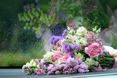 венчание лета лож дня автомобиля букета Красивый букет автомобилем Wedd Стоковая Фотография RF