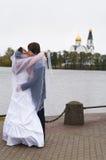 венчание пар целуя новое Стоковые Изображения RF