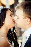 венчание пар целуя Стоковое Фото