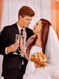венчание пар шампанского выпивая стоковые фотографии rf