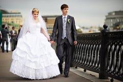 венчание прогулки groom невесты счастливое стоковая фотография rf