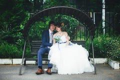венчание прогулки groom невесты Стоковые Фото