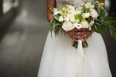 венчание сбора винограда дня пар одежды счастливое Красивая невеста с букетом свадьбы цветков в руках Стоковые Изображения