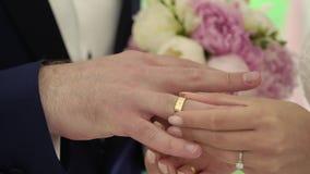 венчание сбора винограда дня пар одежды счастливое Groom устанавливает кольцо на руке ` s невесты сток-видео