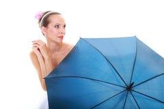 венчание сбора винограда дня пар одежды счастливое Невеста при голубой изолированный зонтик Стоковые Изображения
