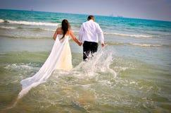 венчание сбора винограда дня пар одежды счастливое Стоковая Фотография