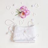 венчание сети шаблона страницы приветствию карточки предпосылки всеобщее Сумка невесты и цветков на белизне Стоковое Изображение RF
