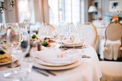 венчание таблицы приема партии случая установленное Служат свадебный банкет таблицы Стоковые Изображения