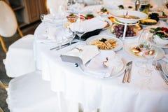 венчание таблицы приема партии случая установленное Служат свадебный банкет таблицы Стоковые Фотографии RF