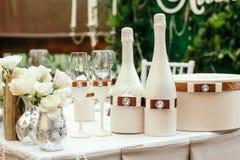 венчание таблицы красивейшего украшения стеклянное На таблице украшенной с бутылкой шампанского и стекел Стоковая Фотография