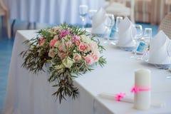 венчание таблицы приема партии случая установленное Большая цветочная композиция роз и пионов Стоковое Изображение RF