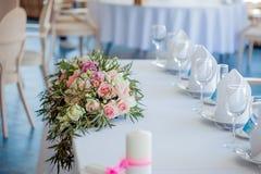венчание таблицы приема партии случая установленное Большая цветочная композиция роз и пионов Стоковая Фотография