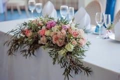 венчание таблицы приема партии случая установленное Большая цветочная композиция роз и пионов Стоковое фото RF