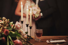 венчание таблицы приема партии случая установленное любящие пары на предпосылке Стоковые Фото