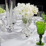 венчание таблицы стекел фокуса букет белых цветков ветреницы Стоковые Изображения