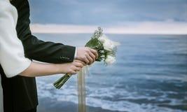 венчание groom невесты пляжа тропическое Стоковые Изображения RF