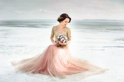 венчание Wedding замороженным морем невеста в платье свадьбы на взморье в свадебной церемонии влюбленности Стоковые Изображения