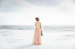 венчание Wedding замороженным морем невеста в платье свадьбы на взморье в свадебной церемонии влюбленности Стоковая Фотография
