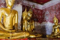 Веранда золотит скульптуры Будды на Wat Suthat, Бангкоке Таиланда Стоковые Изображения