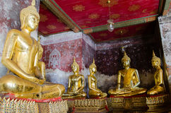 Веранда золотит скульптуры Будды на Wat Suthat, Бангкоке Таиланда Стоковая Фотография RF