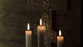 Вера в Бог Распятие на фоне 3 свечей стоковые изображения