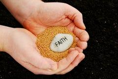 вера засаживая семена Стоковая Фотография RF