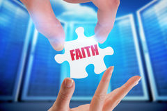 Вера против составного изображения комнаты сервера стоковые изображения