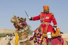 Верблюд и индийские люди нося традиционное платье Rajasthani участвуют в г-не Состязание пустыни как часть фестиваля пустыни в Ja Стоковая Фотография RF