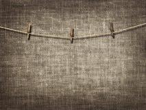 Веревка для белья с зажимками для белья на linen предпосылке Стоковые Фотографии RF