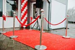 Веревочка барьера на пути к успеху на красном ковре Стоковая Фотография