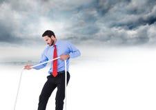 Веревочка бизнесмена вытягивая в небе Стоковые Изображения