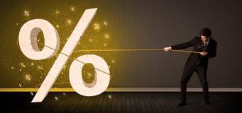 Веревочка бизнесмена вытягивая с большим procent знаком символа Стоковое Изображение RF