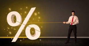 Веревочка бизнесмена вытягивая с большим procent знаком символа Стоковое Фото
