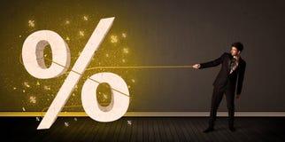 Веревочка бизнесмена вытягивая с большим procent знаком символа Стоковые Фото
