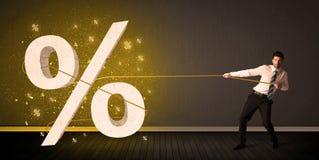 Веревочка бизнесмена вытягивая с большим procent знаком символа Стоковая Фотография RF