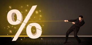 Веревочка бизнесмена вытягивая с большим procent знаком символа Стоковые Изображения