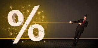 Веревочка бизнесмена вытягивая с большим procent знаком символа Стоковые Изображения RF