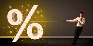 Веревочка бизнесмена вытягивая с большим procent знаком символа Стоковая Фотография