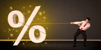 Веревочка бизнесмена вытягивая с большим procent знаком символа Стоковое Изображение